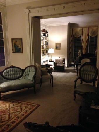 Myrtledene Bed and Breakfast: Front room, main floor