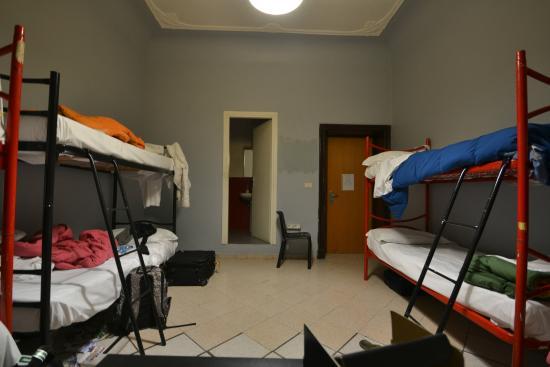 M&J Hostel : camera da 8 letti con bagno