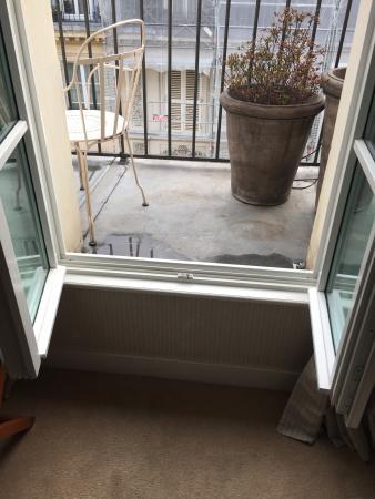 Le Pradey : Step up to balcony
