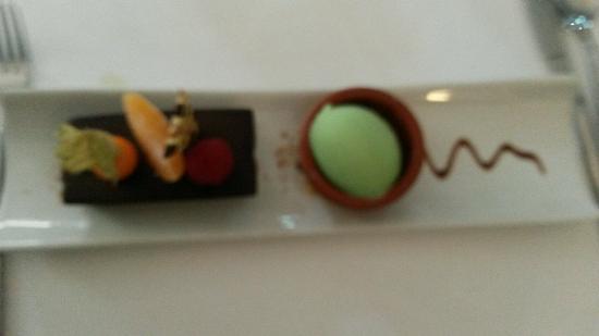 L'Auberge Du Marche : Dessert au chocolat!  Huummm! Même si le biscuit tout chocolat dessous n'apporte rien...