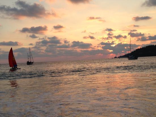 Villa Carolina Hotel: Sunset on the beach