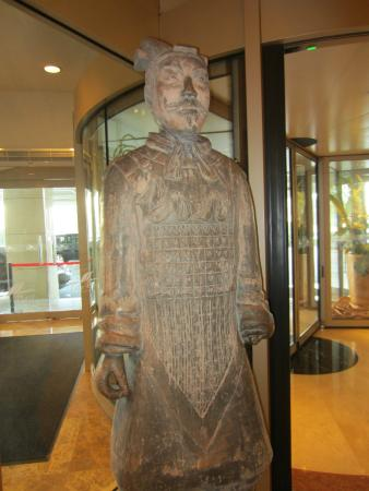Metropark Lido Hotel Beijing: Statue greets you at the revolving door.