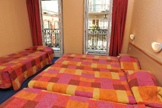 Hotel Altona : la camera, dotata di bagno, dove ho alloggiato con la mia famiglia