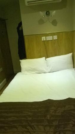 Kensington Suite Hotel: la chambre avec la salle de bain juste derrière
