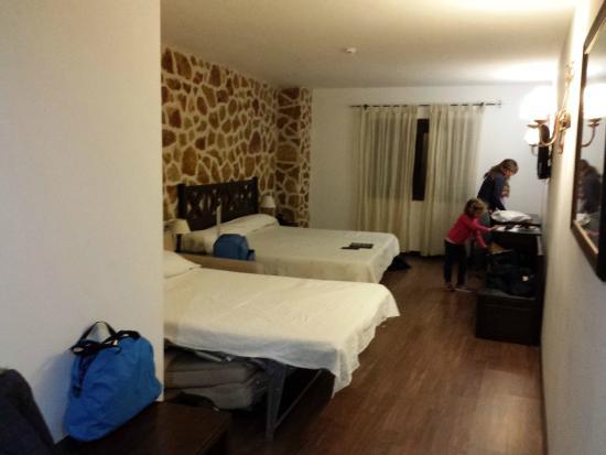 Hotel Spa Villa de Mogarraz: Habitación con cama de matrimonio (2 x105cm) y sofá cama