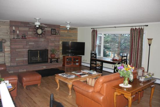 Estes Park Bed & Breakfast: The common room is great for wildlife viewing or entertainment.