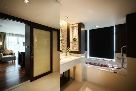 A-ONE Pattaya Beach Resort: Bathroom & Jacuzzi @ Ocean View Deluxe Room