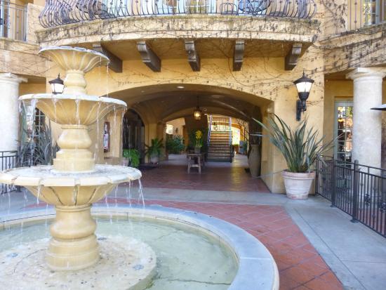 Hotel Los Gatos: Entrance to hotel
