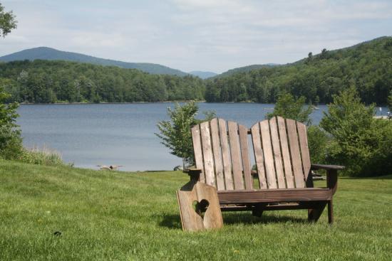 Mountain Meadows Lodge : Grounds overlook lake