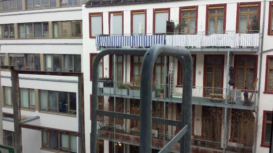Munchener Hof Hotel: Aussicht in Innenhof. Aber ruhig.