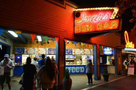 Ivar's Seafood Bar: 夜でも人の賑わい