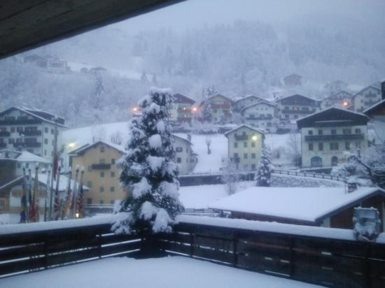 Sporthotel Europa sul Lago: Alleghe dalla camera appena nevicato