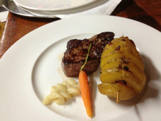 El solomillo con patata al horno rellena de panceta ibérica