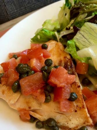 Coco's Bakery Restaurant: Salmon with tomato relish