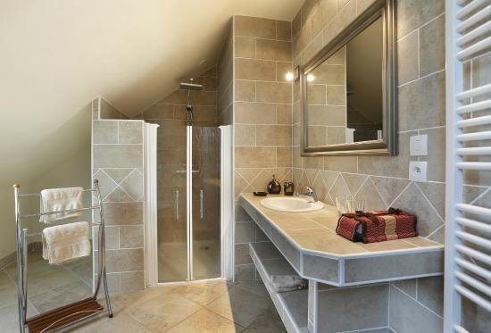 Oisly, Francia: Piment Vert bathroom