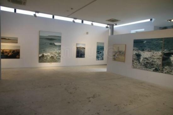 Centro de Arte Faro Cabo Mayor: Vista parcia una sala