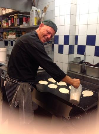 Moas Mat: köksmästarn steker pannkakor