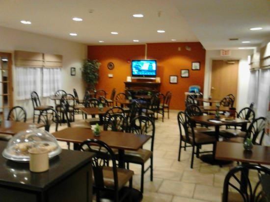 Sleep Inn & Suites Danville: Spacious breakfast room