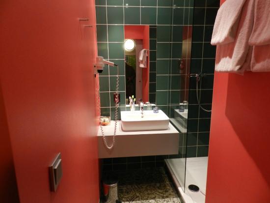 Ambassador Frankfurt Hotel: Il bagno molto carino con la finestrella che dalla doccia ti permetteva di guardare la stanza
