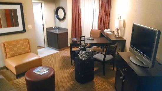 Embassy Suites North Shore / Deerfield: Corner room - very spacious!