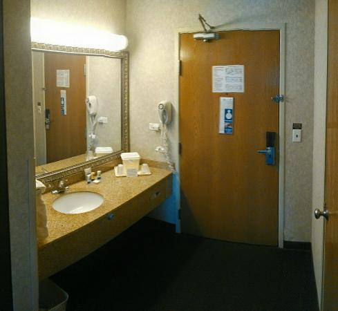 Baymont Inn & Suites Gurnee: Sink is separate from the shower/toilet - very convenient.