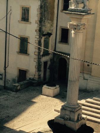 Casabelle: La vista dalla finestra, con il sottopassaggio per l ospedale