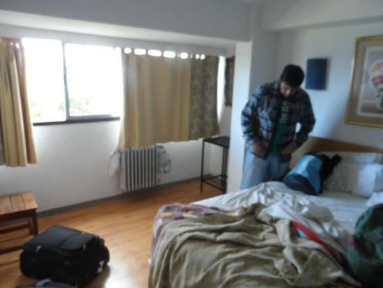 Hotel Plaza Bariloche: Habitación...un pooo de desorden...