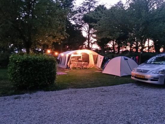 Camping La Porte d'Autan: Un emplacement la nuit