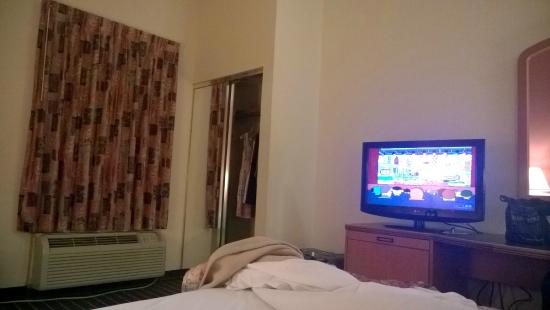 Sleep Inn & Suites : Tv, heat/air, and closet view.
