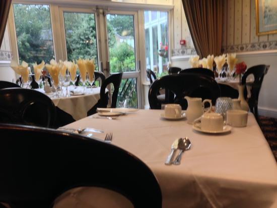 The Normanhurst Hotel and Restaurant : Dining Room (a little blurry...)