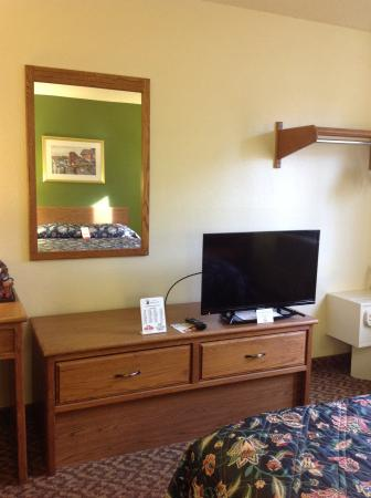 Super 8 Radford: King room suite