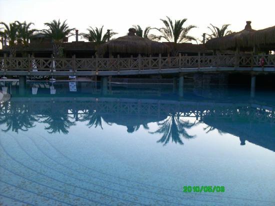 Royal Wings Hotel: pool area