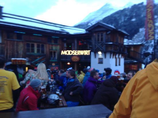Mooserwirt - wahrscheinlich die schlechteste Skihutte am Arlberg : A standard Wednesday afternoon après ski