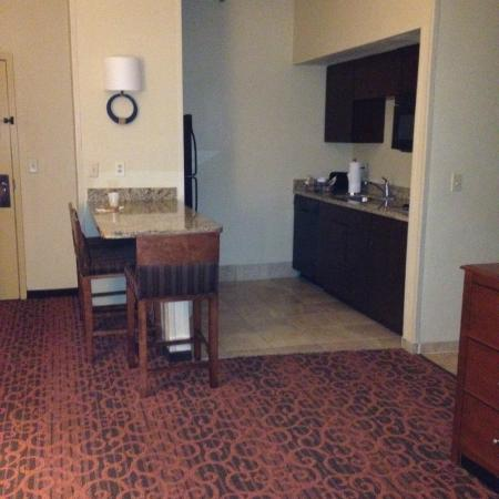 Hampton Inn & Suites El Paso-Airport : View of kitchen/entry from living room area
