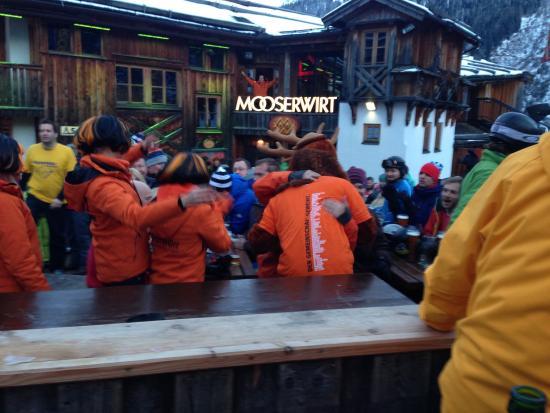 Mooserwirt - wahrscheinlich die schlechteste Skihutte am Arlberg : Crazy jäger girls