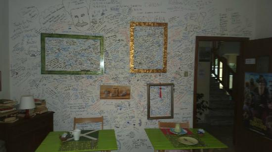 B&B Lucky House: Стена в столовой с благодарностями на многих языках