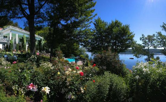 Manoir Hovey: The Gardens overlooking the lake.