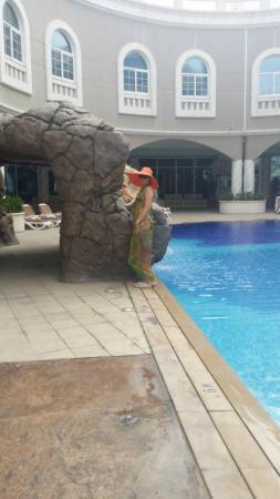 Sharjah Premiere Hotel & Resort : Бассейн в отеле с видами из номеров