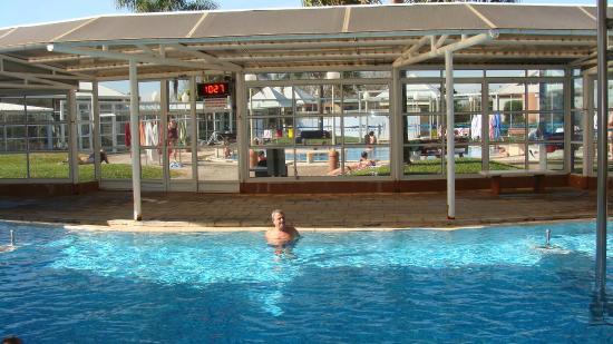 Termas Villa Elisa: Pileta de agua termal semidescubierta, para uso de chicos y adultos
