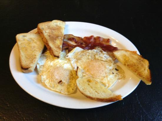 Dragonfly Cafe: Bacon and eggs, which cheeze and chive bread