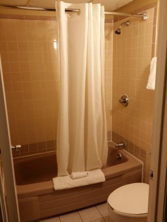 Econo Lodge Mystic - Groton: Bathroom. (Threadbare floor mat.)