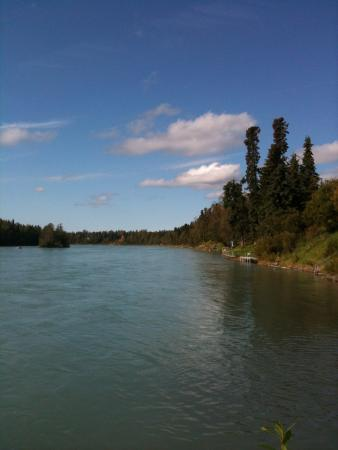 Kenai River Lodge: View of the river and the lodge