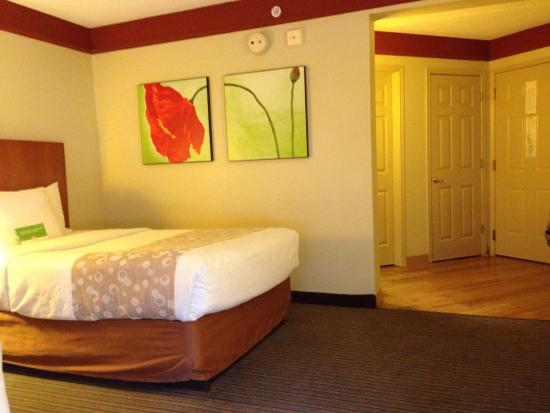 La Quinta Inn & Suites University Area Chapel Hill: Large, open rooms with bright accents