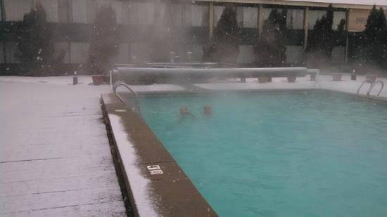 BEST WESTERN Merry Manor Inn : Swimming in the outdoor pool in the snow!