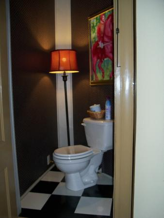 Arbor House Inn And Suites: Toilet area...kind of small
