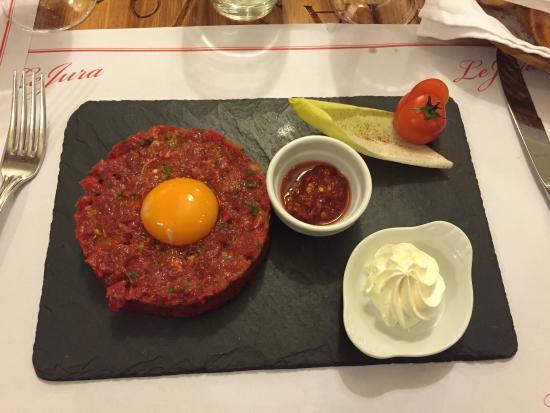 Restaurant Le Jura : Plat : tartare de bœuf (assaisonnement réalise selon goût du client, servi à part)