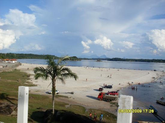 Sao Gabriel da Cachoeira, AM: Foto da praia próxima ao hotel, dá pra ir andando.