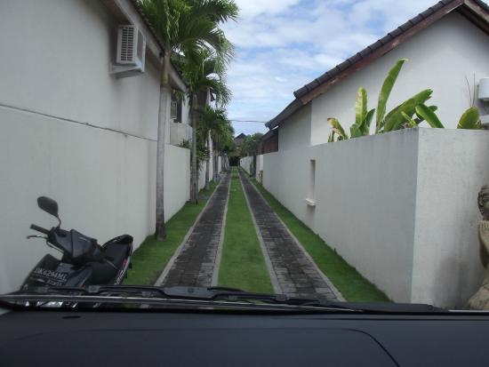 Villa Besar: Driveway into the villas