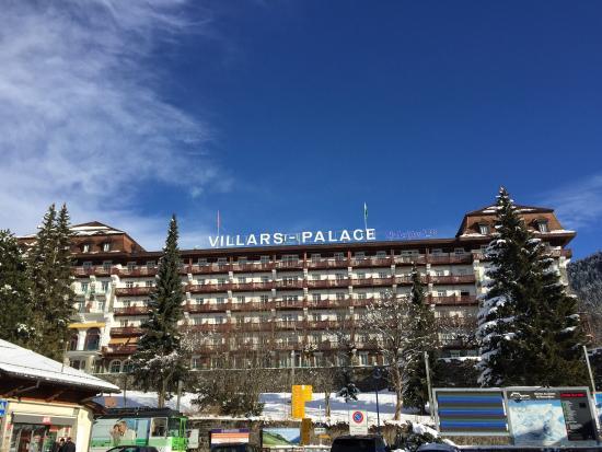 Club Med Villars sur Ollon: Vue de l'hôtel à proximité de la gare pour accéder aux pistes