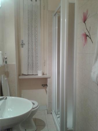 Bagno in comune con doccia foto di gate 52 pisa - Bagno in comune ...